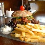 Lækker burger med pommes frites - Restaurant Freja, Hasmark Strand Camping
