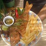 especialidade da casa: peixe inteiro frito