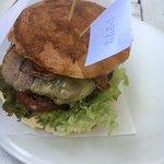 Hamburguesa con bacon, queso azul, tomate, lechuga. 100% gluten-free