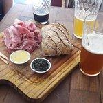 tabua de presunto com pão de malte e cervejas artezanais.