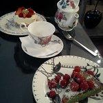 une tarte pistache-framboise, un pavlova et du thé
