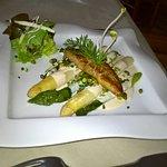 la poêlée d'asperges aux pistaches et escalope de foie gras.