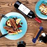 Утиная грудка, брускетта с томатами, вино Раевское Ренессанс