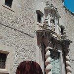 Escultura y fachada.