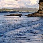 El mar acaricia mansamente la playa.