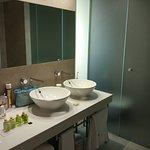 Das Bad bietet alle notwendigen Dusch-/Badeartikel. Schön ist, dass das WC separat ist.