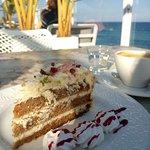 Café con tarta en la terraza