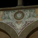 particolare degli affreschi medicei del cortile