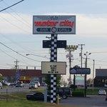 Foto de Doug's Motor City Bar & Grill