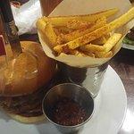 Een Hickory burger met Chilli Fries