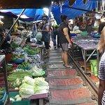 ภาพถ่ายของ ตลาดรถไฟแม่กลอง (ตลาดร่มหุบ)