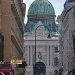 Entrada al Palacio de Hofburg por Plaza San Miguel