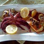 Hobotnica na žaru I file od lososa u sosu od narandze,bijelog vina I kapra