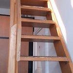 Escalera de acceso a la habitación.