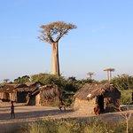 Petit village local à côté de l'allée des Baobabs