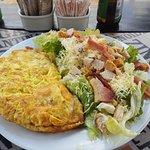 Omelete com Cesar Salad.