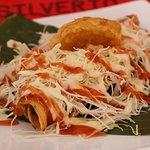 Taco 100% C.R....carne mechada, repollo fresco, tortilla y mayonesa casera con papa campesina...