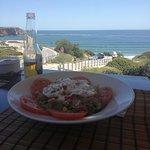 Salada de Atum, Ovo, Milho, Pimento Vermelho Cozido, Cebola Roxa, Alface Tomate e Molho de Yogur
