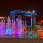 """Отель """"Интурист-Краснодар"""" на фоне ночных фонтанов"""