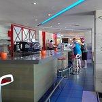 Barra de la cafetería y del restaurante.