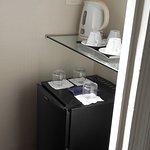 espacio aparte, dentro de la habitación con el frigobar y la pava eléctrica con opciones de té