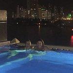 La piscina sin borde tiene vistas espectaculares a la ciudad.