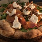 Pizza speciale 220 gr, salmone affumicato, caprino, rucola e noci