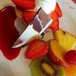 Chez Cyrille: Délicieux dessert à la framboise, avec biscuit aux amandes