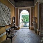 Sala con objetos de arte.