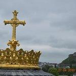 La croix du Dôme et le château fort de Lourdes en arrière plan