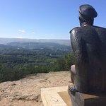 Памятник М.Ю. Лермонтову на Красном солнышке в Кисловодском парке. На горизонте вершина Эльбруса