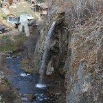 Вид сверху на ущелье и Большой Медовый водопад