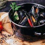 Мидии в томатном соусе с кинзой / Mussels in tomato sauce with cilantro