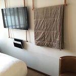 parete attrezzata, TV e trapunta