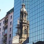 Catedral Metropolitana refletida nos vidros de um edifício