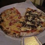Metade Pizza de carne seca e outra de queijo gorgonzola, parmesão e tomate.