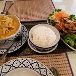 Left Yellow Curry chicken, rice, Beef and vegetables.(pass)