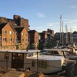 صورة فوتوغرافية لـ St. Katharine Docks