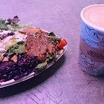 沙律咖啡速食店九點九澳元三款沙律:捲心菜、韓式牛肉和雞肉凱撒沙律