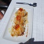 Ravioli de glace mandarine avec sauce caramel (dessert)