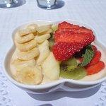 Créme vanille accompagnée de fruits frais
