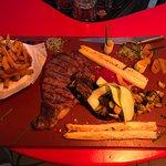 Entrecôte saignante, asperges de Soustons, frites maison et petits légumes, à table ))