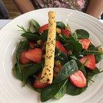 Baby-Spinatsalat mit Schweizer Erdbeeren