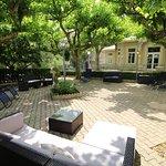 La grande terrasse à l'ombre des platanes est idéale pour la détente.