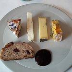 Geitenkaasje - Schapenkaasje - Comté - Blauwe schimmel - rozijnenbrood - stroop van peer