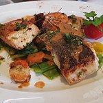 Cabillaud, saumon et gambas et petits légumes croquants