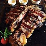 Le steak est délicieux et a beaucoup d'ingrédients
