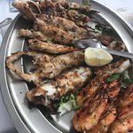 Pinchos de gambas, calamares y pescados
