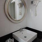 Banheiro com amenidades e secador