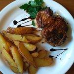 Свиной стейк с картофелем по-деревенски
